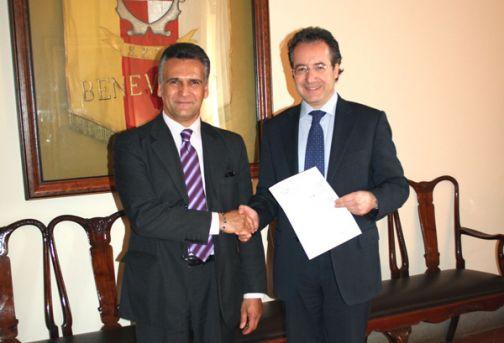 Il sindaco Fausto Pepe conferisce un encomio speciale a Carmine Cotugno