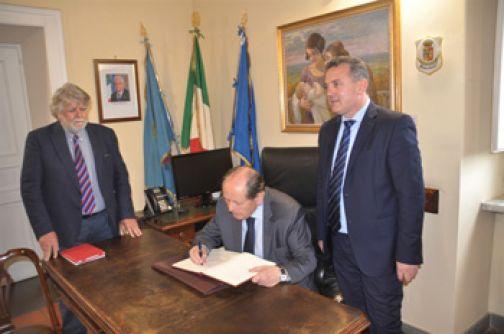 Il Presidente Lattanzi firma il Registro degli Ospiti d'Onore