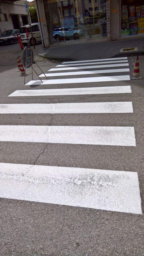 Un nostro lettore ci scrive: più cura nella manutenzione delle strisce pedonali!