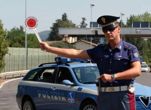 """Benevento, auto """"fantasma"""" a disposizione dei criminali: organizzazione sgominata dalla Polstrada"""