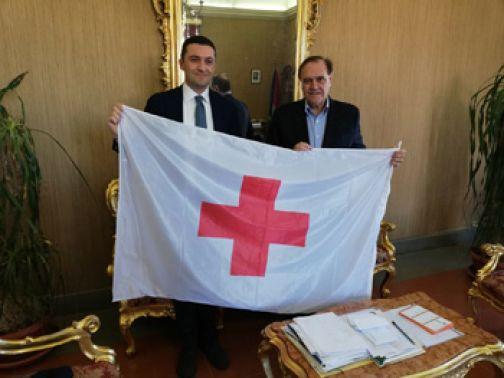 Consegnate le bandiere della Croce Rossa Italiana al sindaco Mastella