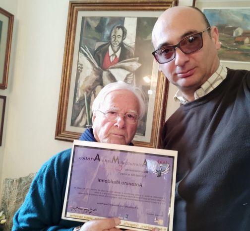"""Conferito il premio """"Behind the Scenes"""" all'artista Antonino Maddonni."""